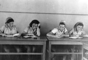 PikiWiki_Israel_9290_Gan-Shmuel_-_girls_in_class_1952